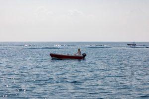 Homme dans un bateau