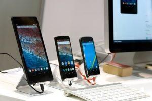 Différents smartphones sur des présentoirs